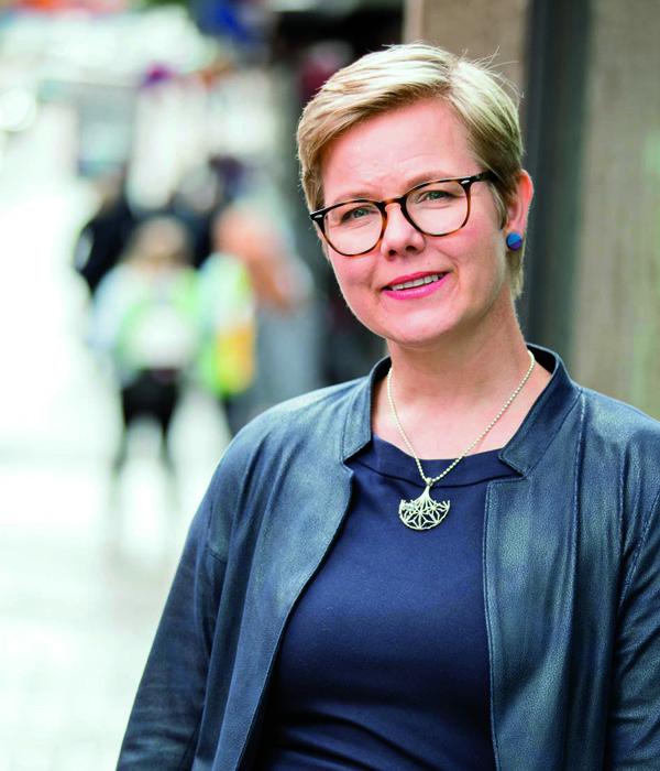 """""""Liikenteen sähköistäminen on tärkeä keino kohti hiilineutraalia Suomea."""" Ympäristö- ja ilmastoministeri Krista Mikkonen"""